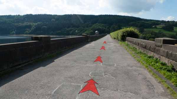 A photo of step 9 of the Fernilee Reservoir route, with red arrows superimposed to show the way.